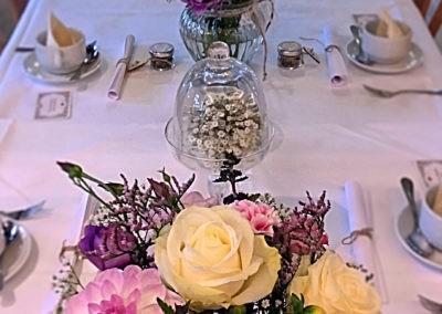 Tischdeko mit Sträußchen Beerentöne